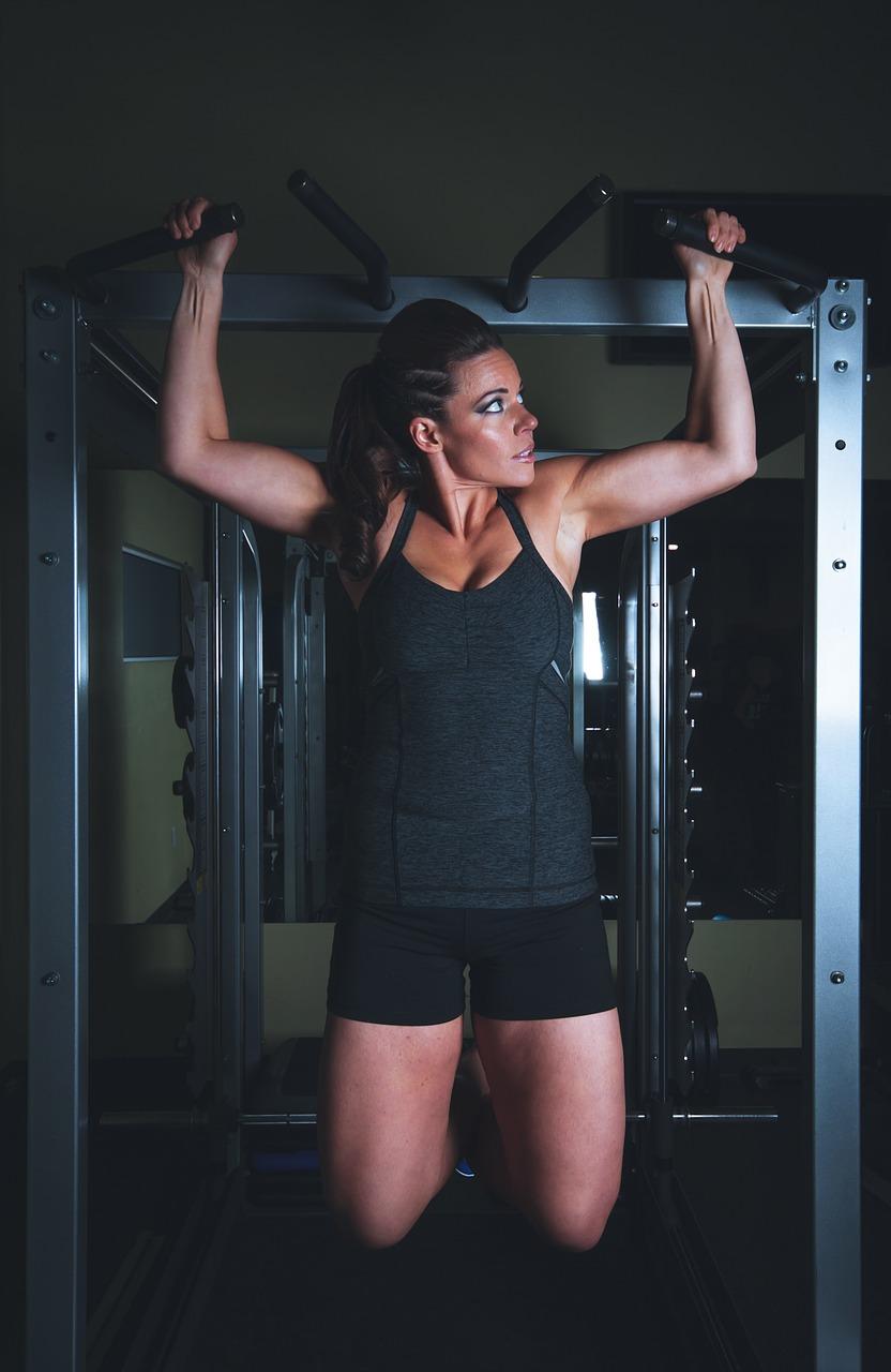 Jak ćwiczyć brzuch na drążku?